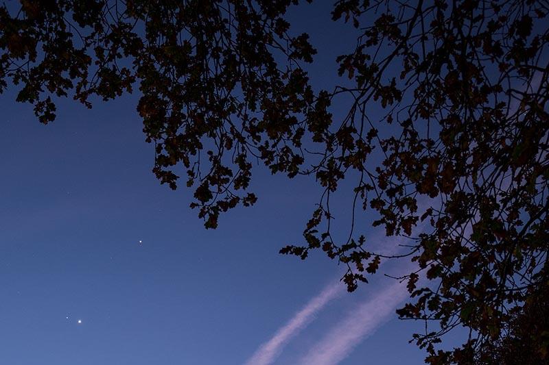 Planeetsamenstand: Jupiter boven, Mars linksonder, Venus rechtsonder.