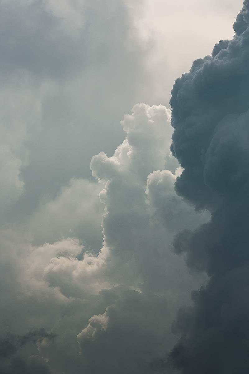 Donkere wolken pakten zich zondagmiddag samen.